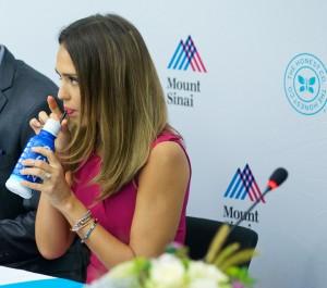 Jessica Alba bebiendo agua de coco.