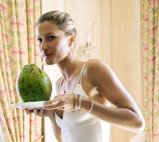 Gisele Bündchen bebe agua de coco.