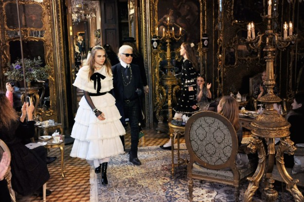Cara Delevingne y Carl Lagerfeld.