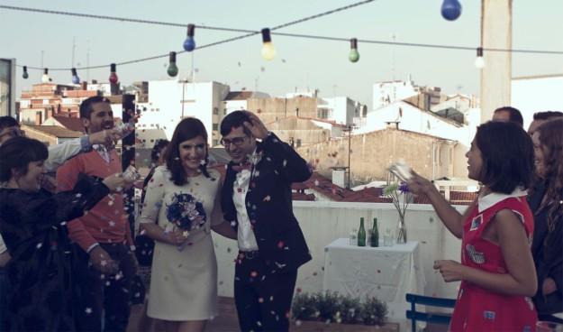 Dos novios en una boda hipster.