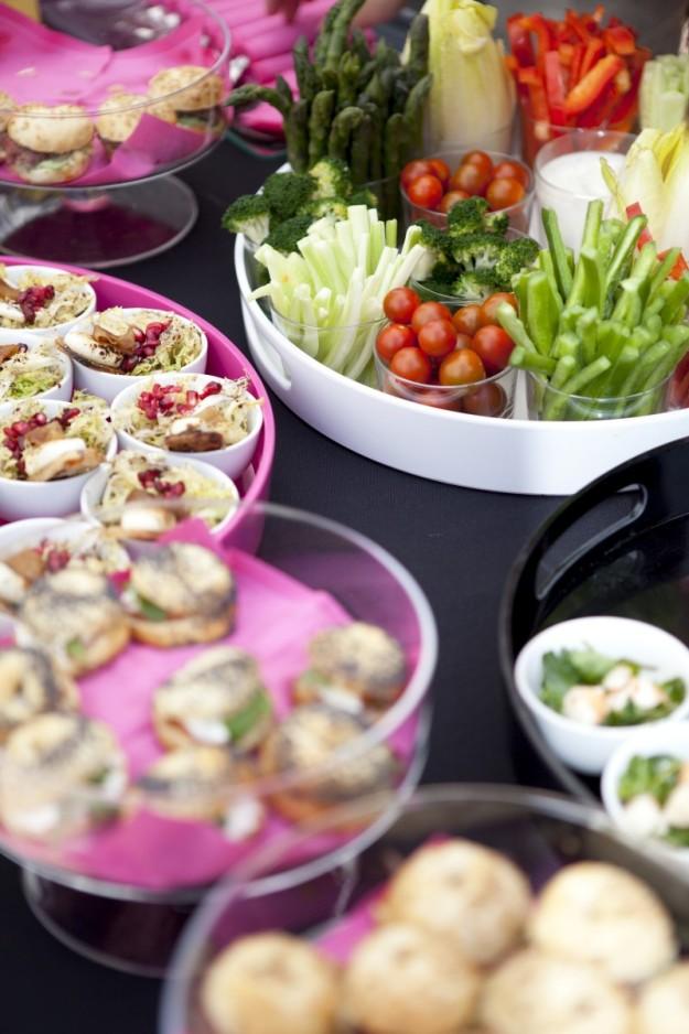 Alimentos dispuestos en una mesa para un brunch.