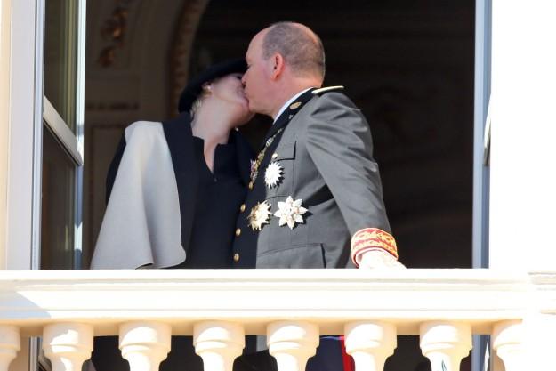 Alberto y Charlène de Mónaco en el balcón del Palacio Real.