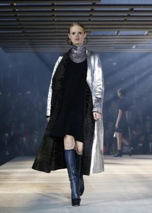 La modelo Hanne Gaby Odiele con un look del desfile.