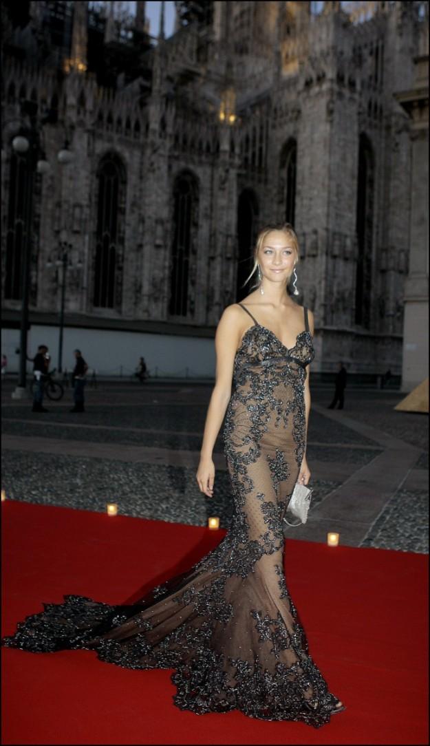 Beatrice Borromeo en La Scala de Milan con vestido lencero
