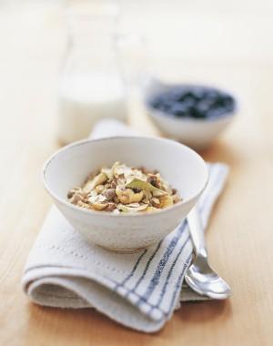 Desayuno fruta con cereales.