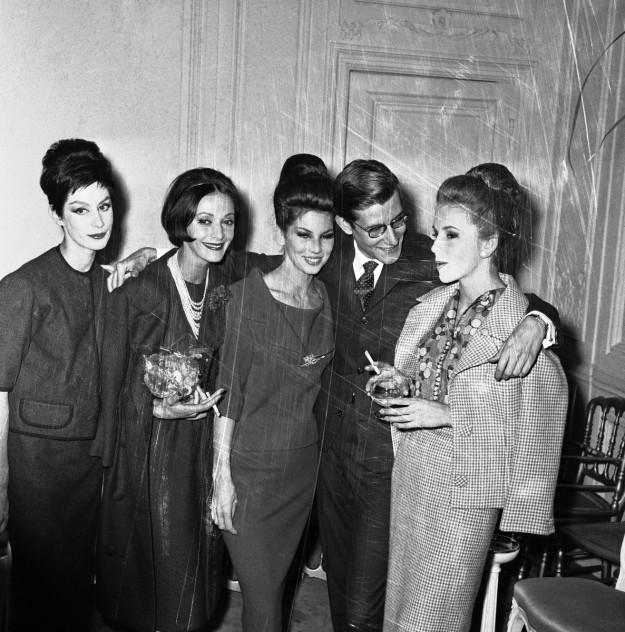 Yves rodeado de sus modelos favoritas, entre ellas, Victoire y la argentina Kouka, en 1959.