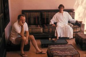 Pierre Bergé e Yves Saint Laurent en su casa en Marrakech en 1977.