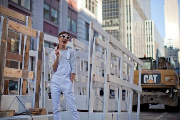 La modelo y bloguera Hanneli Mustaparta en las calles de Nueva York con un outfit de estilo normcore.