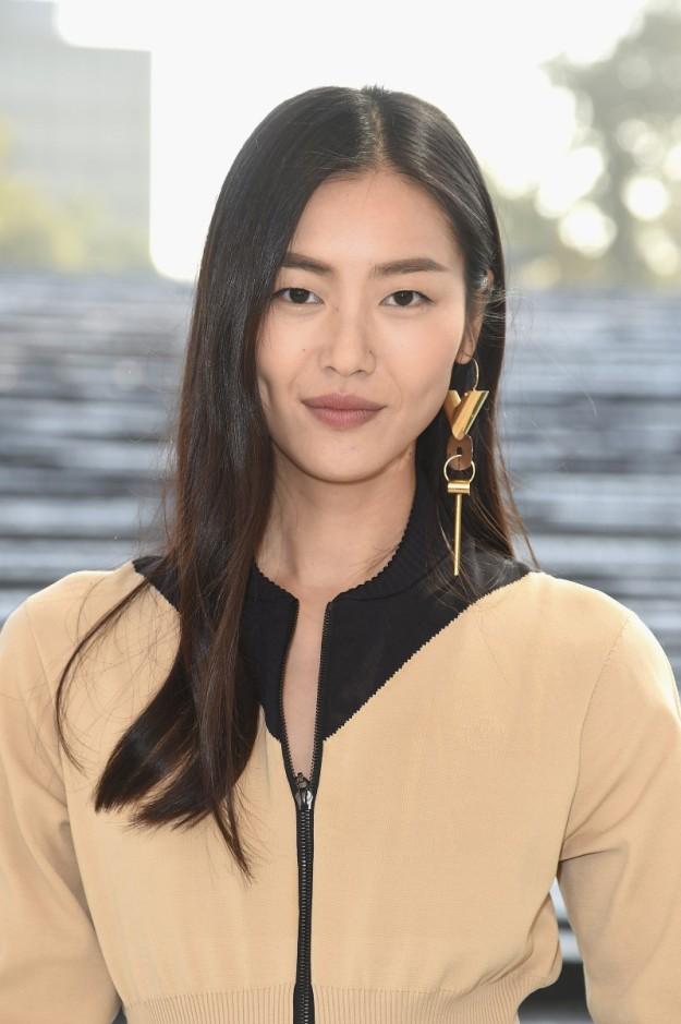 Liu Wen con el pendiente de Louis Vuitton, ideado para llevarse solo.