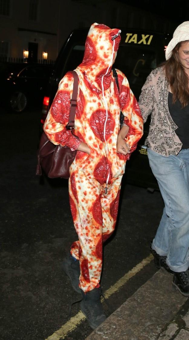 Cara Delevingne con un onesie que recrea una pizza.