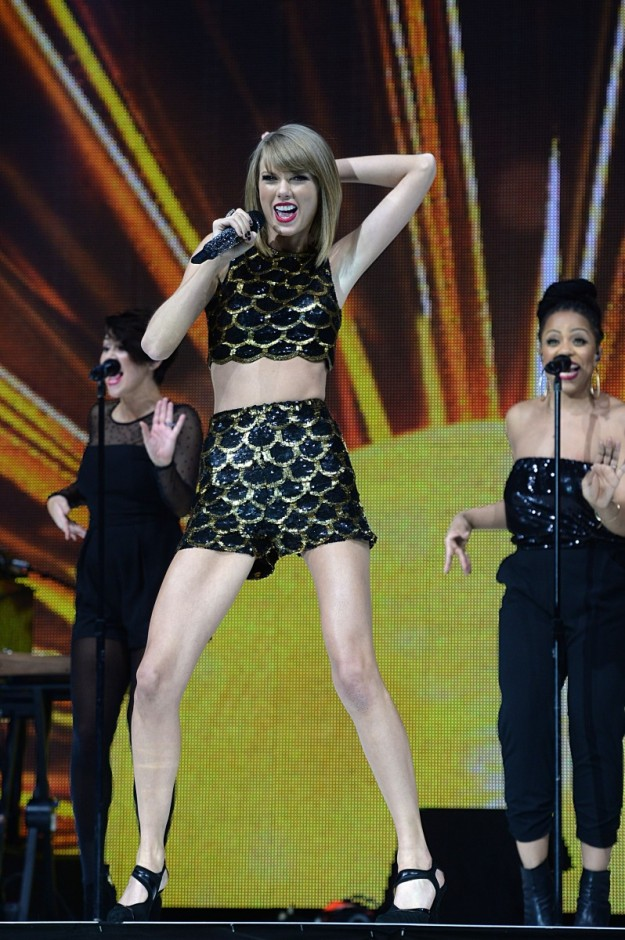 Taylor Swift en plena actuación en el último Capital FM Jingle Bell Ball en Londres, donde también actuó Take That