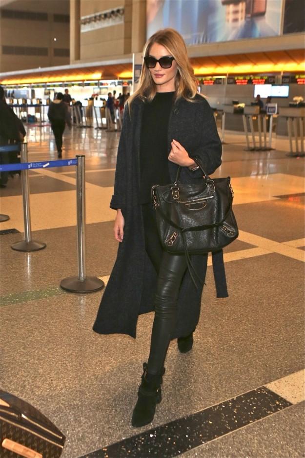 Rosie Huntington en el aeropuerto de Los Ángeles