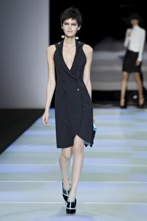 Vestido esmoquin de Armani, cruzado, con doble botonadura y cuello halter.