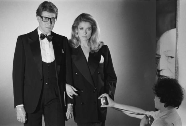 Yves Saint Laurent y Catherine Deneuve en 1981.