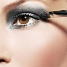 Maquillaje brillante y rock style para Fin de año