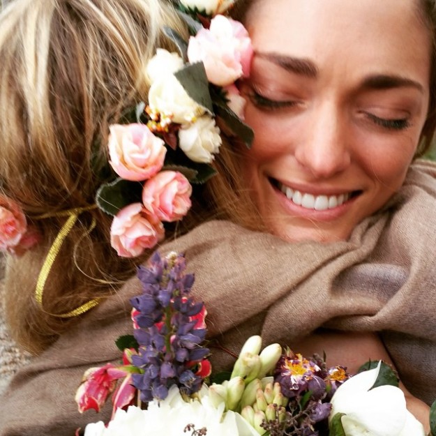 Bonito primer plano de Sofía abrazando a una invitada.