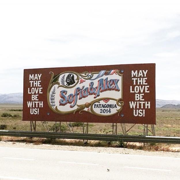 El cartel de bienvenida a la hacienda donde tuvo lugar la boda.