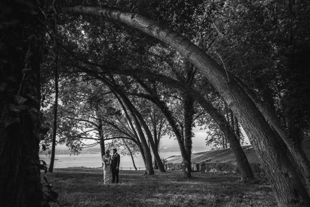 Una pareja caminando por un bosque.