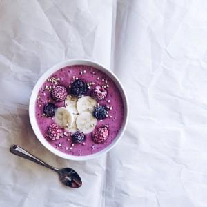 Un vol de desayuno con compota de frutas del bosque