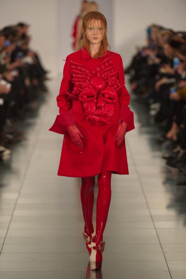 Un abrigo con un crustáceo que recordaba al surrealismo de Schiaparelli.