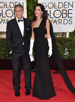 George Clooney y Amal sobre la alfombra roja de los globos de oro.