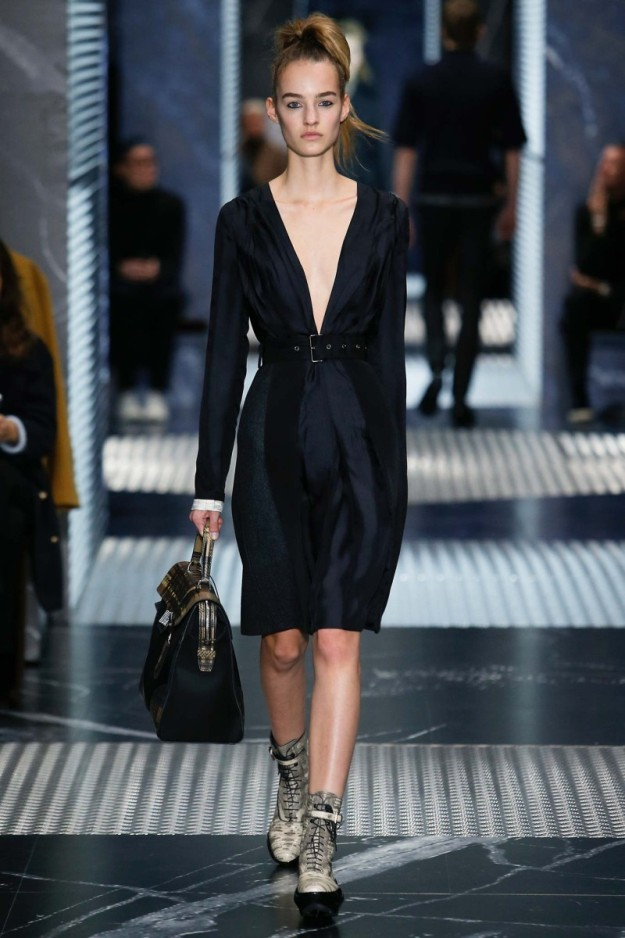 Salida femenina en el desfile de Prada en la Milan Men's Fashion Week.
