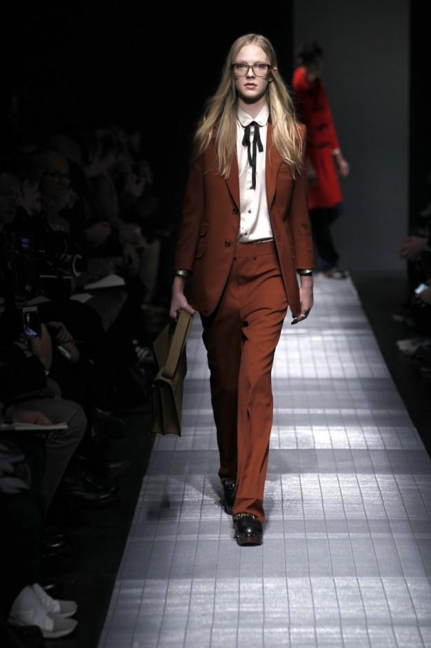Una de las salidas femeninas del desfile de Gucci en la Milan Men's Fashion Week.