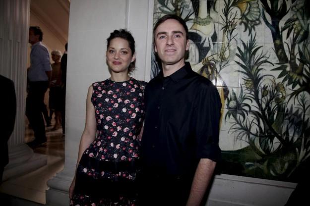 Raf Simons con Marion Cotillard, actriz e imagen de las campañas de Dior.