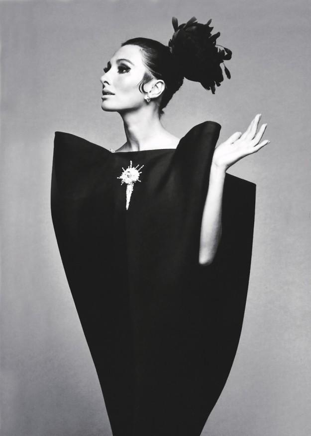 Una modelo con un vestido de Alta Costura de Balenciaga.