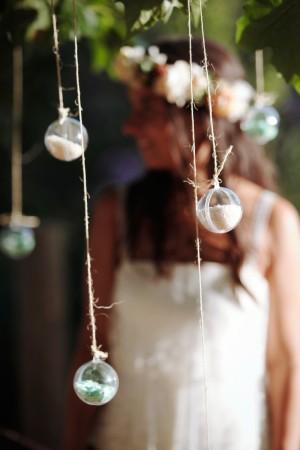 Una novia detrás de unas bolitas decorativas.