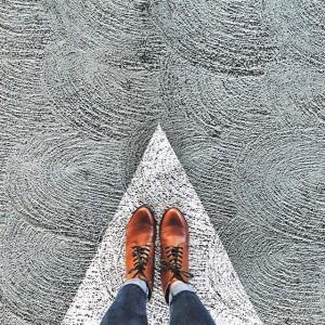 Un suelo con unos zapatos.