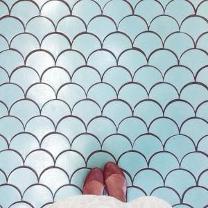 Un suelo hidráulico con unos pies encima.