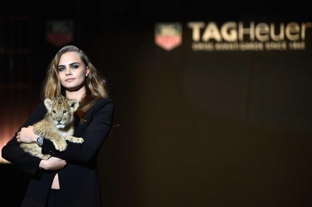 La modelo, en la presentación de la campaña en París, con una cría de león en referencia a su horóscopo, Leo.