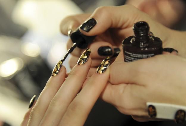 Uñas de mujer siendo pintadas.