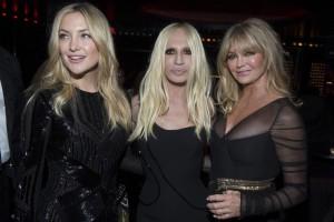 Kate Hudson y su madre, Goldie Hawn, con Donatella Versace, en el centro.