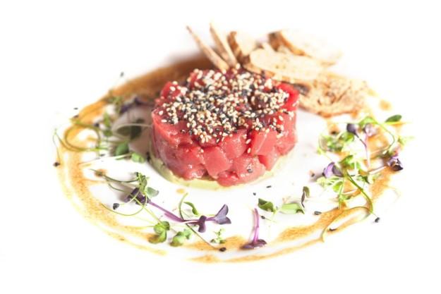 Tartar de atún rojo y guacamole, degústalo dentro de la carta de OPIUM Madrid.