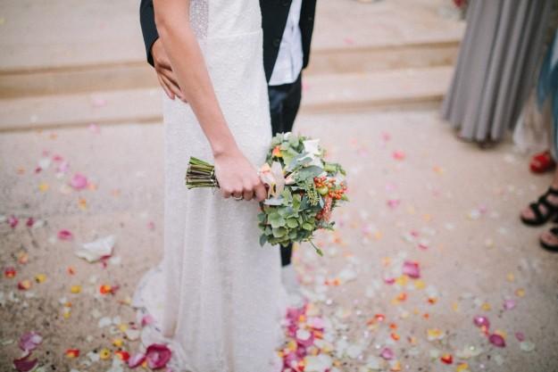 El bouquet nupcial de Inés, se trataba de un ramo en tonos naranjas y verdes de marcada inspiración rural, que ideó junto a Magnolia & Co