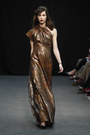 Vestido de noche en color bronce de Yono Taola.