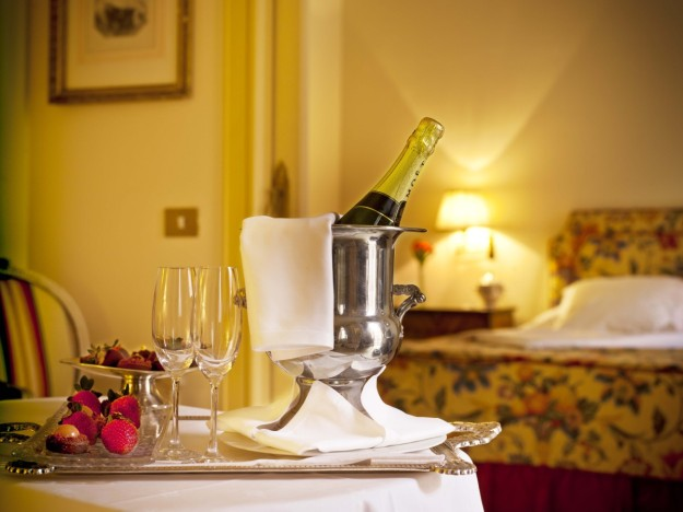 Mesa con champán y velas de ambientación romántica.