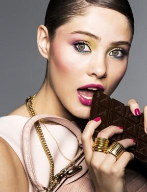 Chica comiendo chocolate.