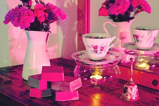 Unas pastillas de jabón con unas tazas de té.