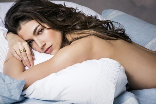 Ursula Corberó en una cama.
