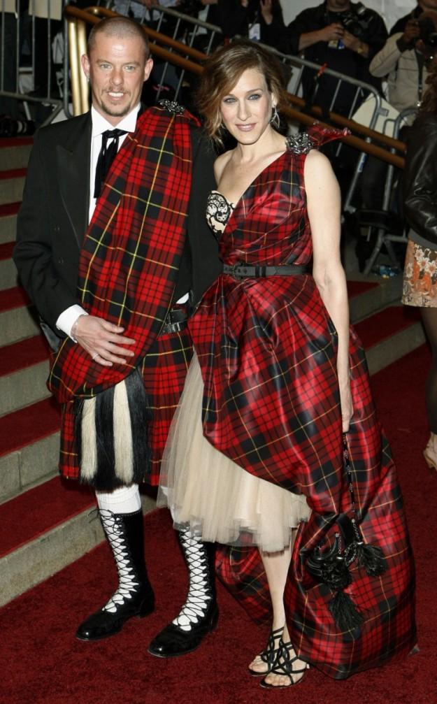 Alexander McQueen y Sarah Jessica Parker en la gala del MET de 2006.