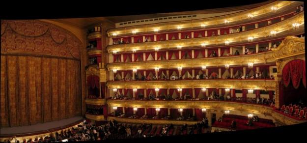 Aparece el teatro Bolshoi repleto de gente.