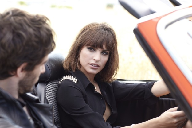 Verónica Echegui en un coche.