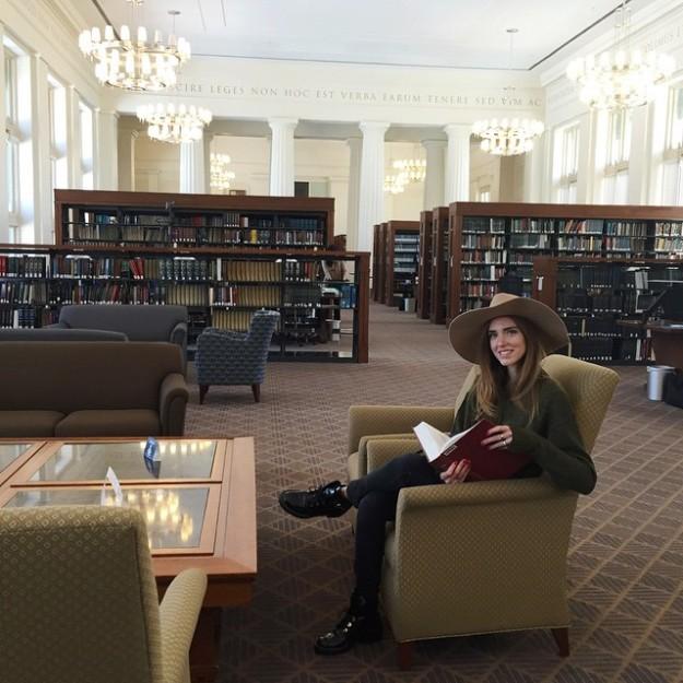 La bloguera subió esta foto a su Instagram durante su visita a Harvard.