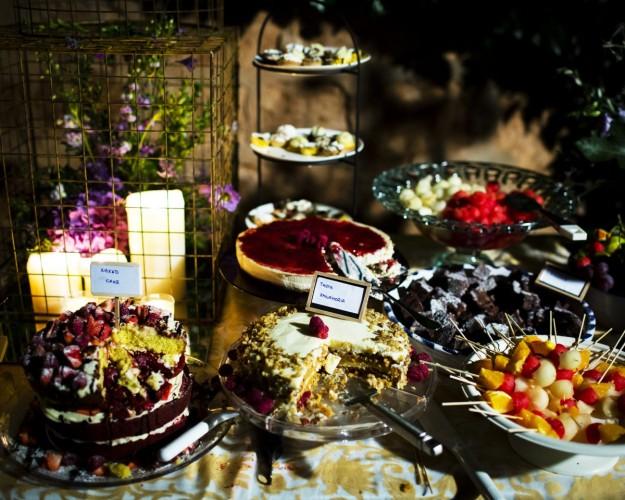 Aperecen una serie de postres en una barra para que los invitados pudieran elegir cual degustar.