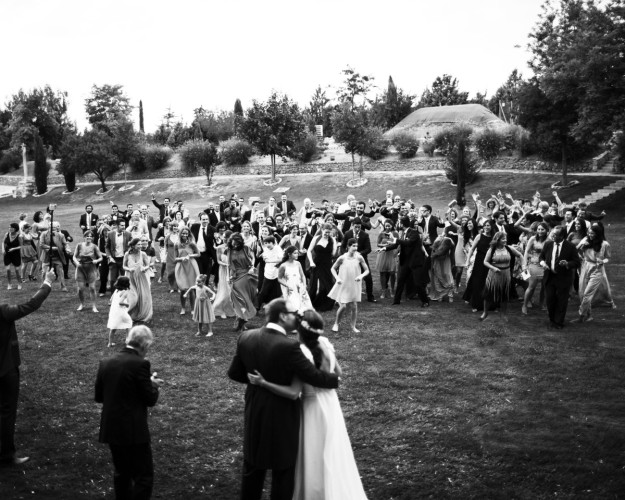 Aparece la pareja y todos los invitados mirándolos con gestos de felicidad.
