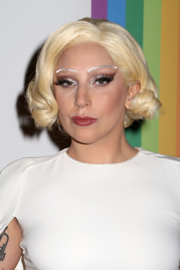 La cantante Lady Gaga vestida de blanco.
