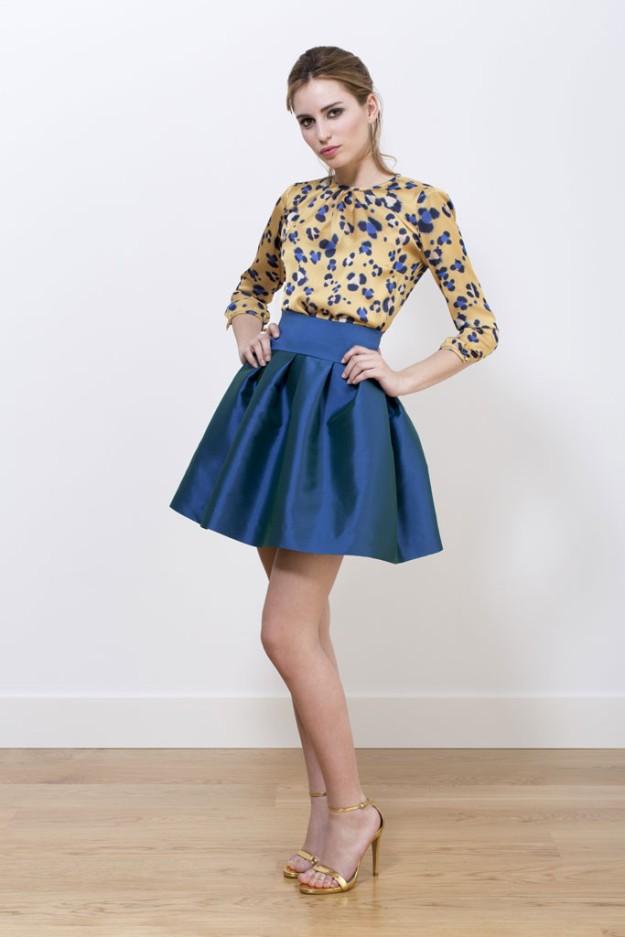 Una falda corta abullonada es un must para las invitadas de día.